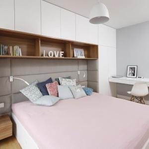 Dobrym pomysłem jest wykorzystanie ściany nad łóżkiem, np. na półki. Projekt: Przemek Kuśmierek. Fot. Bartosz Jarosz