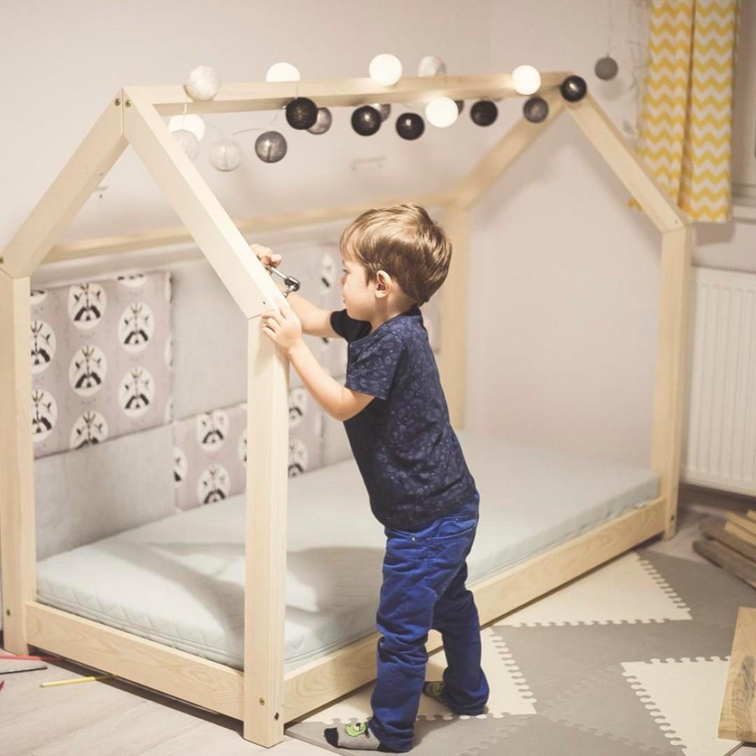 Drewniane łóżko dziecięce w kształcie domku zapewni kolorowe sny, ale również świetne miejsce do zabawy. Fot. Bonami.pl