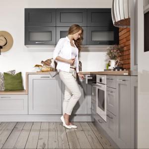 Kuchnia Ambra Popiel w kształcie litery L. Wysoka zabudowa zapewnia dużo miejsca do przechowywania. Fot. WFM Kuchnie