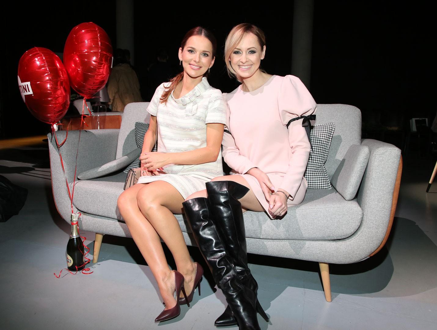 Pokaz mody i sofa marki Black Red White