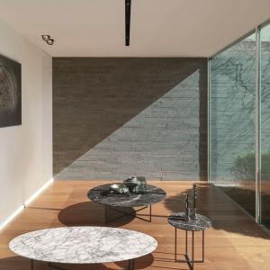 Szarość i surowe formy mebli = styl loft. Fot. Desiree