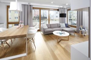 Meble wypoczynkowe - dyskretny urok szarej sofy