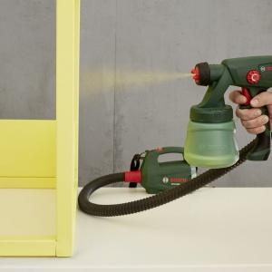 Po wygładzeniu powierzchni drewnianych możesz pomalować domek,np.  systemem natryskowym PFS 1000 firmy Bosch, który umożliwia szybkie i równomierne nakładanie farby. Uwaga: należy użyć farby odpowiedniej dla małych dzieci, tzn. Takiej, która spełnia wymagania normy EN 71-3. Najlepszy rezultat uzyskasz ustawiając dyszę do malowania