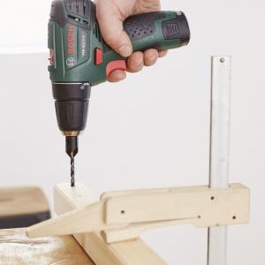 """Następnie w listwach bocznych i wspornikach narożnych (""""A1""""), które posłużą do wykonania boków, wywierć otwory zgodnie z oznaczeniami na schemacie projektu, np. wiertarko-wkrętarką akumulatorową PSR 10,8 LI-2 firmy Bosch. Użyj wiertła do drewna z pogłębiaczem (3 mm), aby wkręty nie wystawały ponad powierzchnię drewna. Złóż i skręć ze sobą rozpórki i wsporniki narożne (""""A1""""). Powstałe w ten sposób dwie ramy połącz rozpórkami (""""A2"""") na górze i na dole tak, aby powstał sześcian. W tym celu ponownie wywierć otwory wiertłem z pogłębiaczem. Fot. Bosch"""
