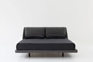Łóżko z tapicerowaną ramą
