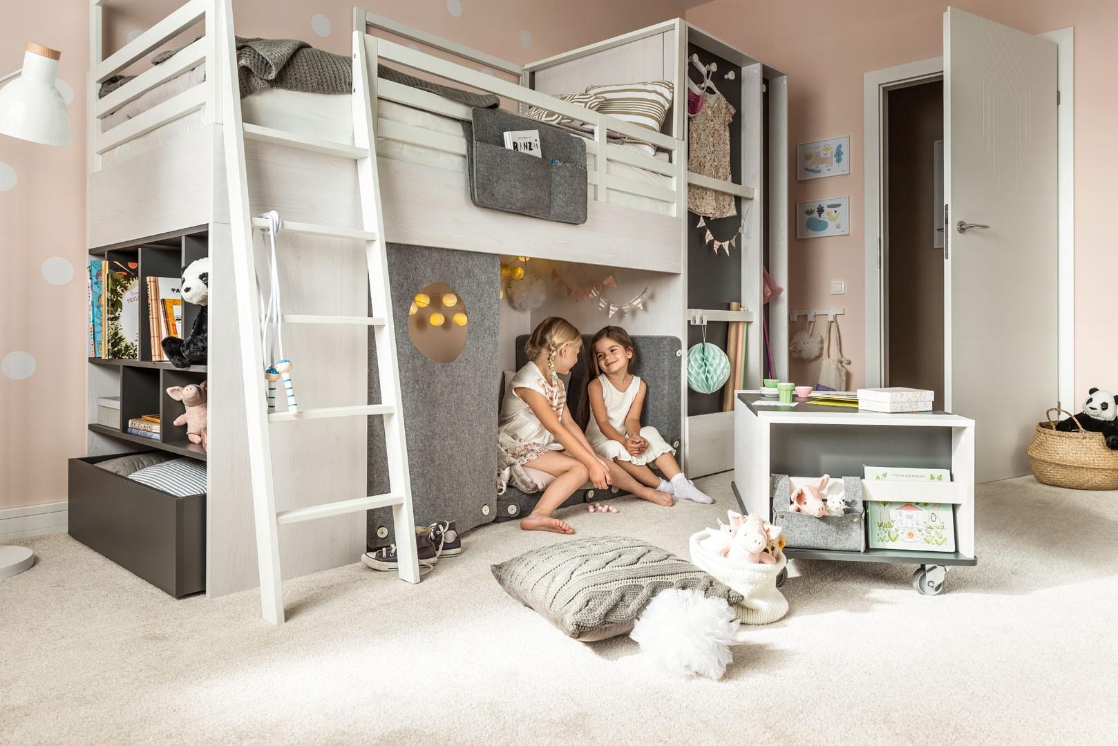 Meble Nest zapewniają nie tylko wygodną przestrzeń do wypoczynku, ale również wiele ciekawych schowków i szafek. Fot. Vox