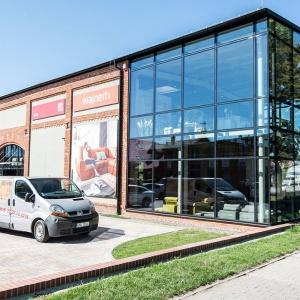 Firma Vox otworzyła nowy salon firmowy z ofertą mebli. Sklep mieści się w Centrum Wyposażenia Wnętrz Kraft w Namysłowie. Fot. Centrum Kraft