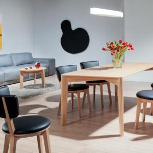 Stół Xylo. Projekt Tomka Rygalika dla Comforty. Fot. Ernest Winczyk/Comforty