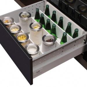Przegródki w szufladach pozwolą bezpiecznie przechowywać np. butelki. Fot. GTV