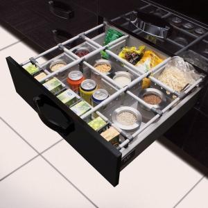 Dzięki separatorom w szufladach można wygodnie i w porządku przechowywać jedzenie. Fot. GTV