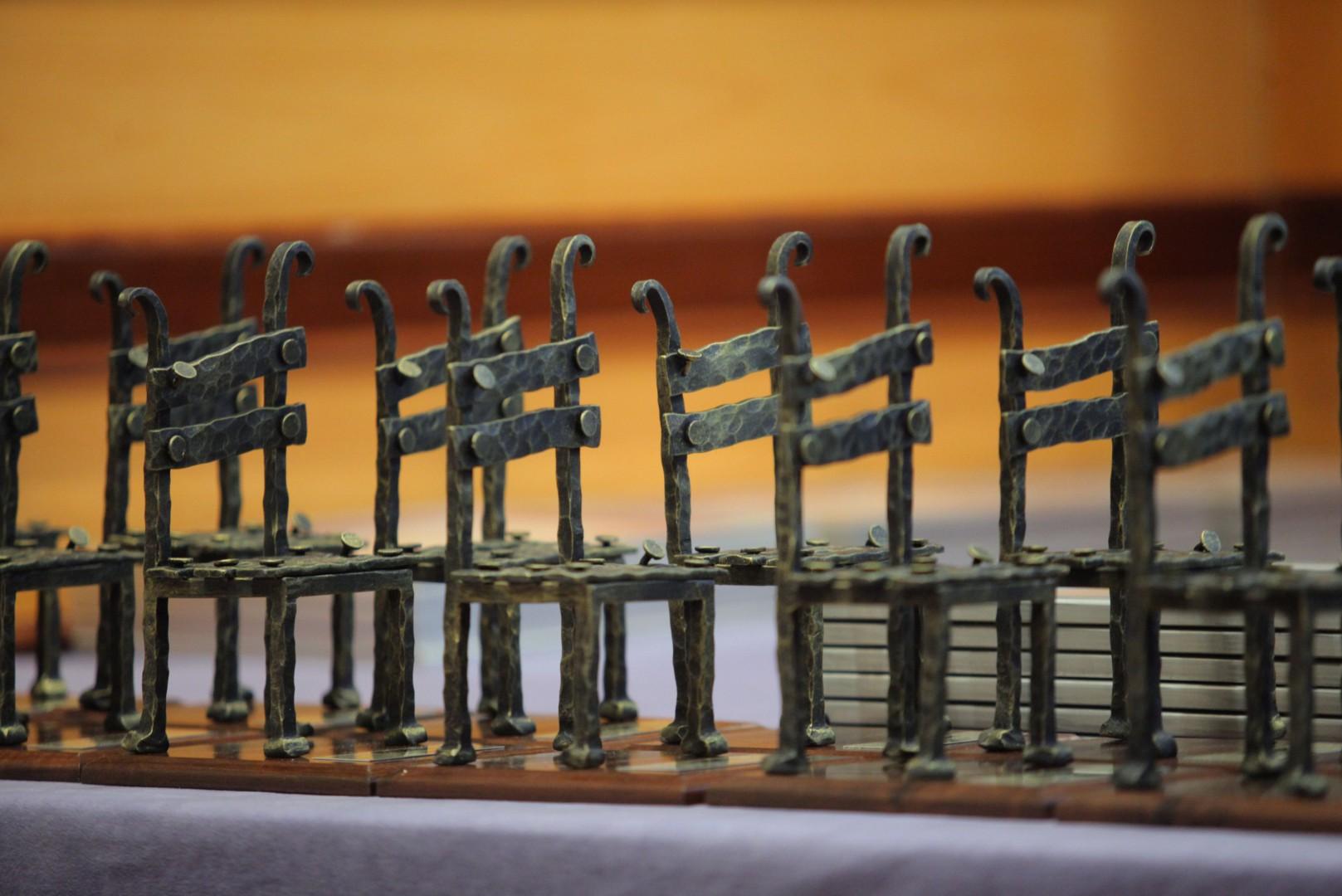 """Statuetki, które zostaną przyznane nagrodzonym produktom w XV edycji konkursu """"Meble Plus – Produkt Roku 2017""""."""