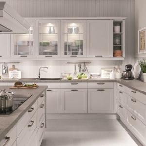 Kuchnia York doskonale prezentuje się w bieli. W witrynach zastosowano oświetlenie. Fot. Nobilia