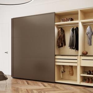 Szafa Brerra marki Anegre, drobiazgowo zaprojektowana i wyposażona, subtelnie podświetlona, zamknięta przeszklonym frontem dla pełnej ekspozycji garderoba. Wyposażona w przegródki i wkłady, wykonane w kolorze zabudowy, wykończone skórą lub tkaniną. Fot. Anegre