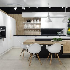 Kuchnia Nero to nowoczesna forma, wysokiej klasy materiały oraz czyste zestawienie kolorów. Kuchnia Nero prócz ciekawej formy kusi rodzajem zastosowanych w niej systemów, m.in szafą z schowanym zlewozmywakiem, z całkowicie chowanymi drzwiami zabudowy. Fot. Vigo Kuchnie