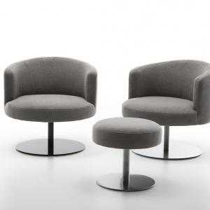 Fotel Eos marki Olta, posiada wyjątkową, specjalnie zaprojektowaną stopkę ze stali nierdzewnej oraz mechanizm nogi obrotowej. Dzięki temu relaksując się w fotelu wkroczysz na nowy poziom odpoczynku. Fot. Olta
