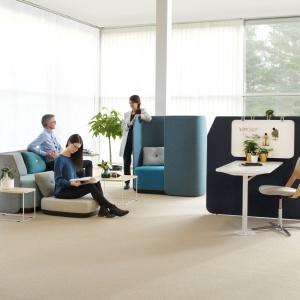 Fields to współczesna koncepcja, która łączy w sobie wspólnotę i prywatność, spotkania i pracę indywidualną, jednostkę i grupę. Opracowana i zaprojektowana we współpracy ze szwedzkim projektantem Olle Gyllangiem z firmy Propeller Design seria Fields obejmuje meble wspierające nowoczesny styl pracy, stworzone z myślą o przestrzeni biurowej opartej na aktywności. Fot. Kinnarps