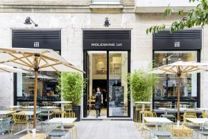 Włoska firma Pedrali umeblowała kawiarnię literacką w Mediolanie