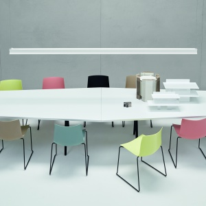 Kolorowe siedziska z tworzywa i czarne płozy tworzą ciekawy design. Fot. Arper