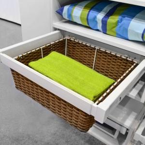 Kosze pozwalają na wygodne przechowywanie ręczników czy pościeli. Fot. GTV