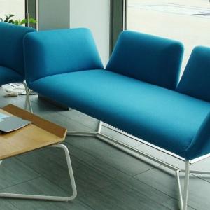 Sofa, fotel i stolik z kolekcji