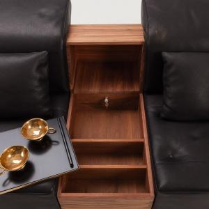 Kanapa ze schowkiem i stolikiem kawowym. Fot. Brühl