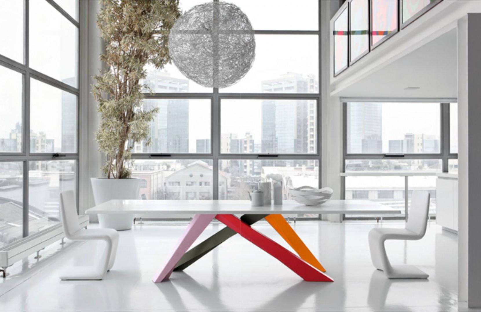 Stół marki Bonaldo na kolorowej podstawie. Fot. Galeria Heban