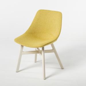 Nowe krzesło z kolekcji Mishell (Noti) na drewnianych nogach. Fot. Noti
