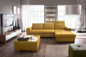 Sofa w salonie. Postaw na kolorową tapicerkę