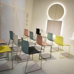 Krzesła na płozach to ciekawa alternatywa dla tradycyjnych nóg. Fot. Arper