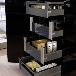 System szuflad ArciTech w kolorze srebrnym, antracytowym, białym i w wykończeniu stali nierdzewnej; obciążenie 40, 60, 80 kg, system cichego domyku, Push to open, Easys. Fot. Hettich