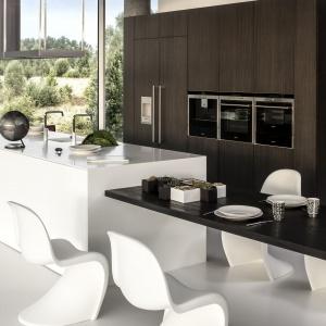 Kuchnia z drewnianym fornirem połączona z bielą to modne i ciekawe rozwiązanie. Fot. Zajc