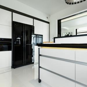Supernowoczesne połączenie lśniącej bieli z czernią. Fot. Studio Vigo/Max Kuchnie