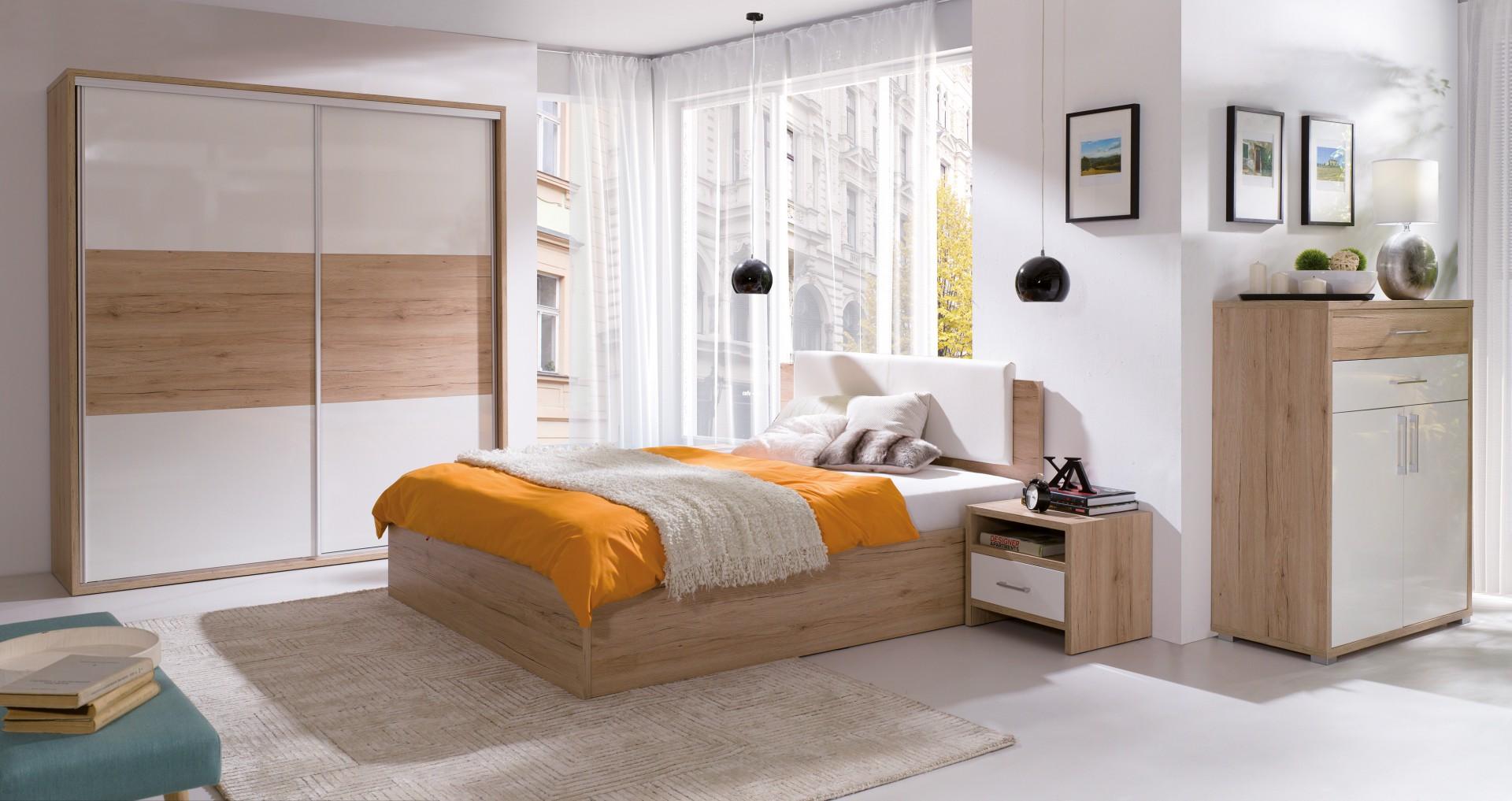 Sypialnia Pola charakteryzuje się prostymi, minimalistycznymi kształtami. W skład kolekcji wchodzą szafy w dwóch szerokościach, komody, stoliki nocne i półki. Fot. Wajnert Meble