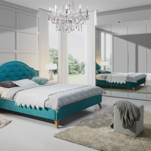 Łóżko Flores. Wysoki, tapicerowany zagłówek zapewnia wygodę podczas siedzenia w łóżku, zaś pojemnik pod stelażem pozwoli schować pościel i inne tekstylia. Fot. Wajnert Meble