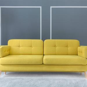 Sofa Cornet. Wysokie stopki z drewna liściastego tworzą fenomenalną całość z subtelną linią siedzisk, nadając meblom lekkości i gracji. Fot. BRW