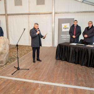 Wicepremier Mateusz Morawiecki wziął udział w uroczystości wmurowania kamienia węgielnego pod nową fabrykę Forte w Suwałkach. Fot. Forte