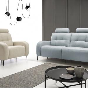 Sofa Trick wyróżnia się niebanalnym i pełnym uroku wzornictwem. Współczesne pikowania połączone z wysokimi, delikatnymi nóżkami i zaokrąglonymi podłokietnikami nadają meblom wyjątkowy charakter. Fot. Etap Sofa