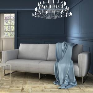 Sofa Hana posiada charakterystyczne przeszycia. Poduszki oparciowe zgrabnie łączące się z podłokietnikami dodają jej stylu. Fot. Adriana Furniture