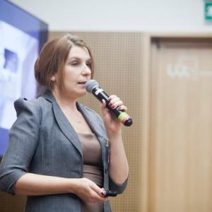 Agnieszka Polkowska ze Studia Prostych Form, pokazała na czym polega innowacyjność nowego materiału Ecomalta. Fot. Paweł Pawłowski