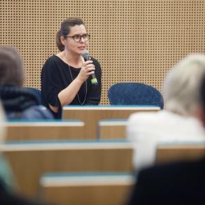 Małgorzata Konikiewicz, local sales manager w firmie Kinnarps w trakcie prezentacji dotyczącej projektowania przestrzeni biurowych. Fot. Paweł Pawłowski