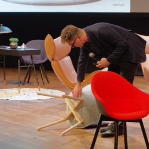 Tomek Rygalik, zaprezentował swój najnowszy projekt - fotele Mamu, stworzone dla marki Noti. Fot. Piotr Waniorek