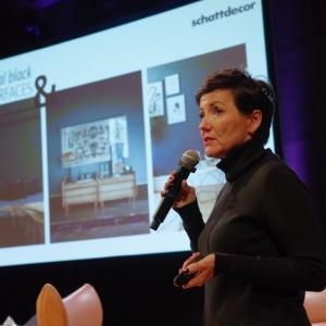 Claudia Küchen, z firmy Schattdecor, partnera wspierającego Forum Dobrego Designu, podpowiedziała jakie nowe trendy wzornicze obowiązują w branży zadrukowanych papierów dekoracyjnych i folii finish. Fot. Piotr Waniorek
