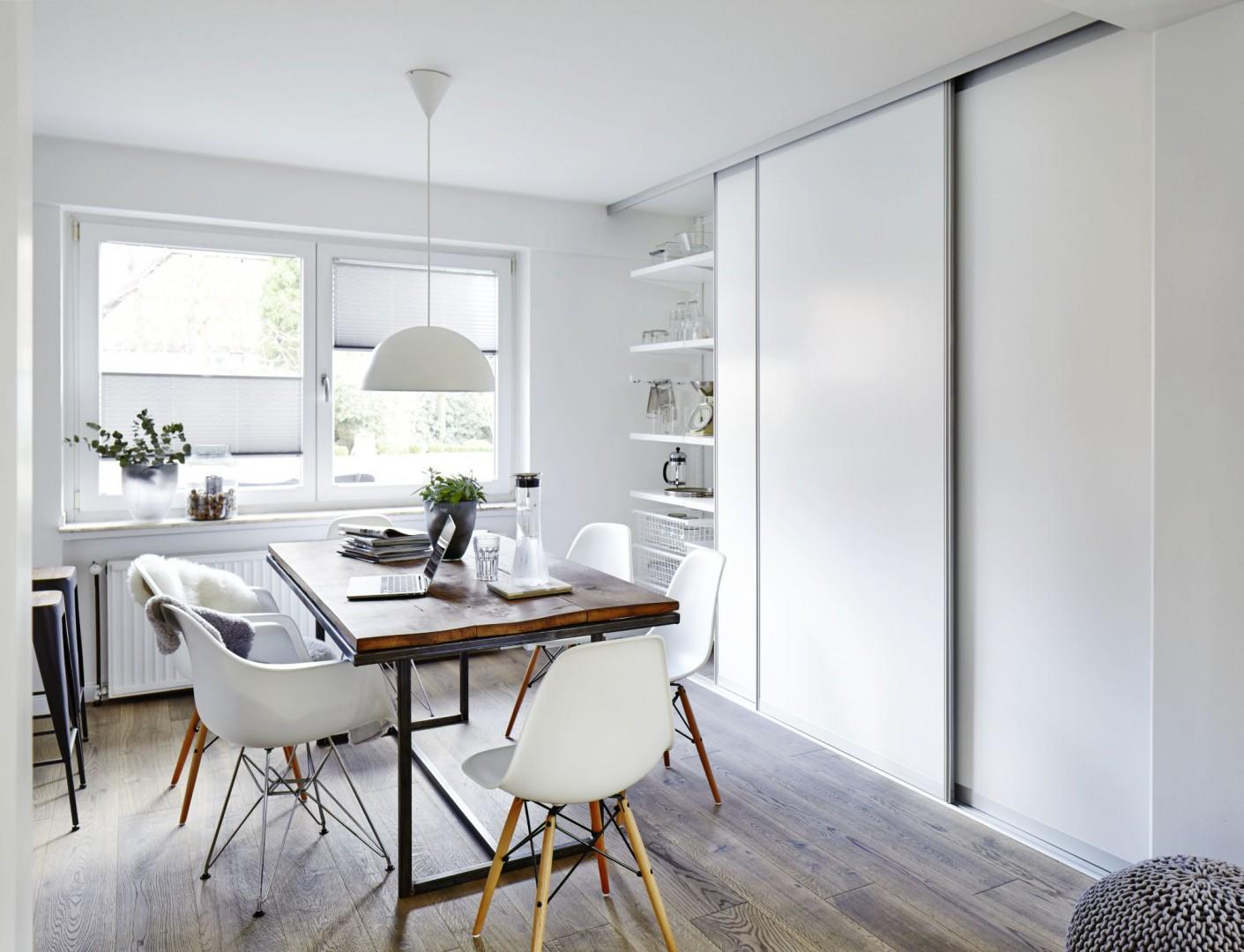 Półki ukryte za jednolitą, np. białą taflą wprowadzają do wnętrza wizualny ład i porządek. Fot. Elfa