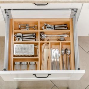 szuflady warto wyposażyć w funkcjonalne wkłady na sztućce. Na zdjęciu wkład do szuflad Wood in Set firmy GTV. Fot. GTV
