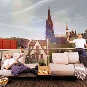 Oryginalna ekspozycja zaaranżowana przy użyciu sofy outdoorowej firmy Gloster (