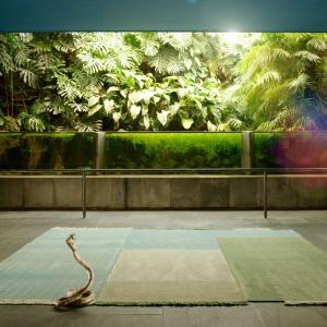 Oryginalna ekspozycja zaaranżowana przy użyciu dywanu firmy Nanimarquina (
