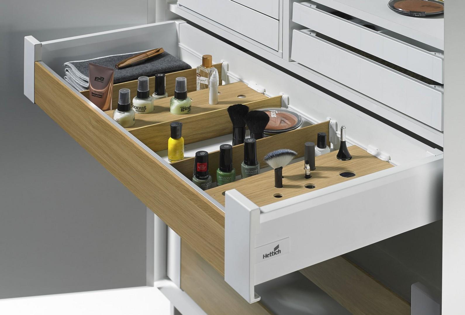 W szufladach ArciTech firmy Hettich wyposażonych w system OrgaStripe można ustawić buteleczki i tubki w specjalnych przegródkach wykonanych przez stolarza. Fot. Hettich