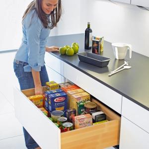 Wysokie szuflady kuchenne mogą mieć również eleganckie drewniane boki.Delikatne i  równomierne otwieranie i zamykanie szuflady gwarantuje, że nawet przedmioty ustawione pionowo nie przewrócą się. Fot. Hettich