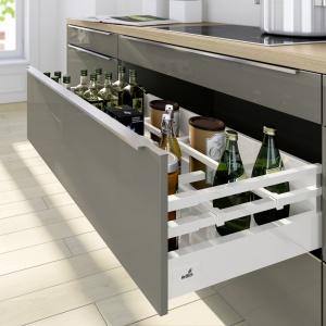 System szuflad InnoTech Atira z innowacyjnym podwójnym relingiem, który jeszcze lepiej stabilizuje wysokie butelki.  Fot. Hettich