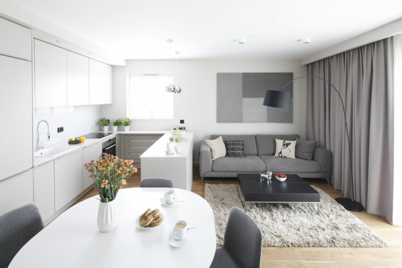 Białe meble kuchenne optycznie powiększą małe wnętrze. Projekt: Katarzyna Uszok-Adamczyk. Fot. Bartosz Jarosz